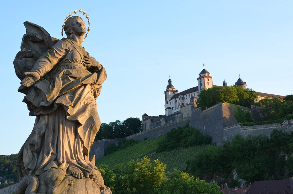 Marienberg Fortress from the Alte Mainbrücke, Würzburg. Wikimedia Commons.